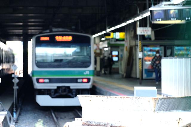 上野駅で発車を待つ常磐線E231系