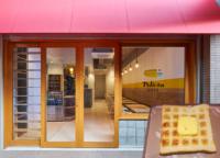 1942年創業の老舗、パンのペリカンの直営店、蔵前のペリカンカフェ。網目状の焼き色が特徴の炭焼きトーストは、人気の逸品