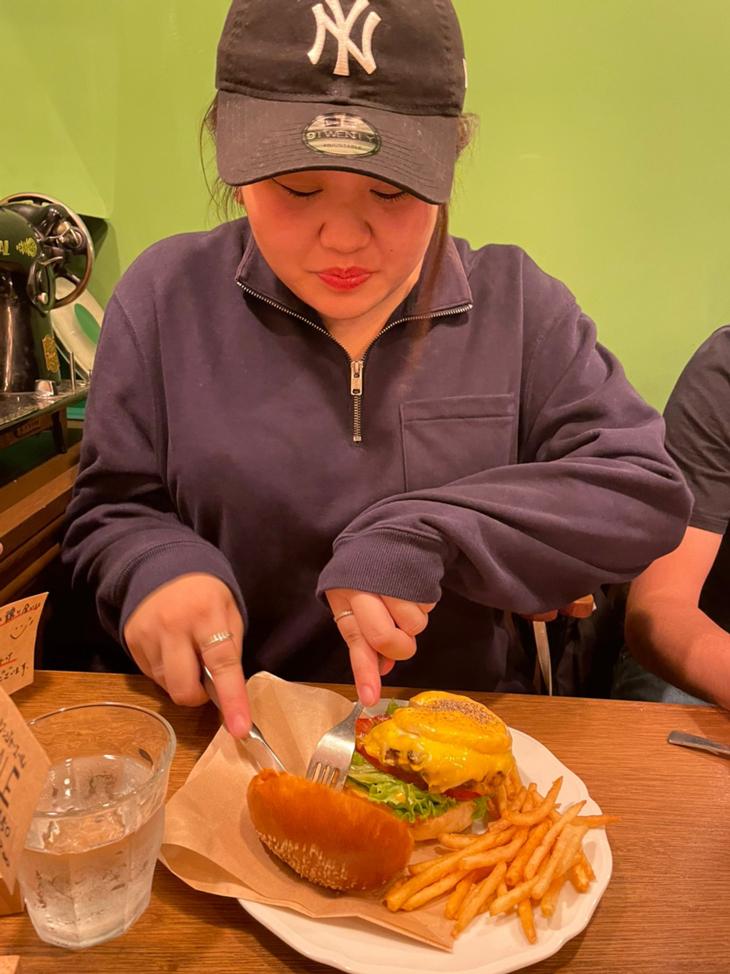 バーガーはフォークとナイフで食べるタイプ